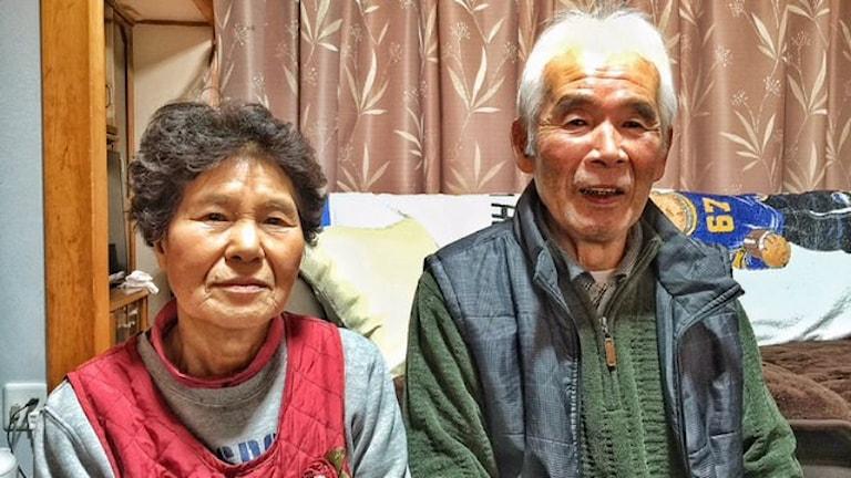 Yaeko och Yasuo Endo sitter i sitt hem