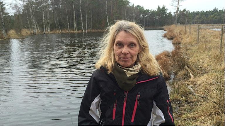 Eva Frölander vid en sjö som hon och grannarna i Gammelgarn återskapat. Foto: Daniel Värjö/Sveriges Radio.