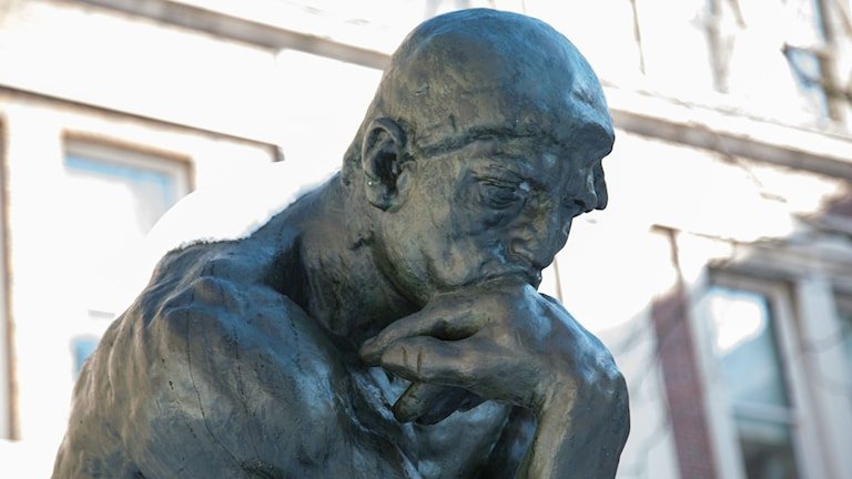 """Bild på statyn """"The Thinker"""" från New York."""