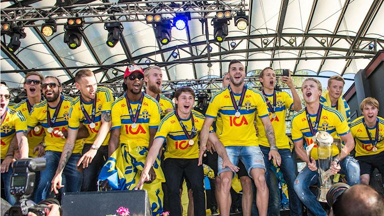 En bild från Kungsträdgården på U21-landslaget i fotboll när de firar sitt EM-guld från sommaren 2015.