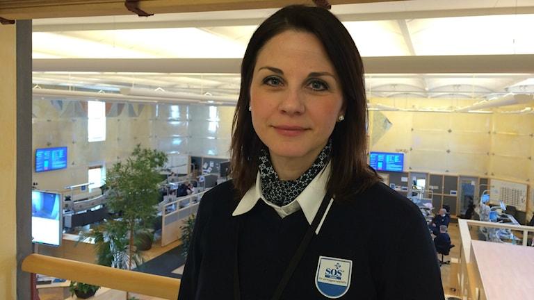 Bakom Sandra Hjerling syns kontorslandskapet av larmoperatörer på SOS Alarm Göteborg.