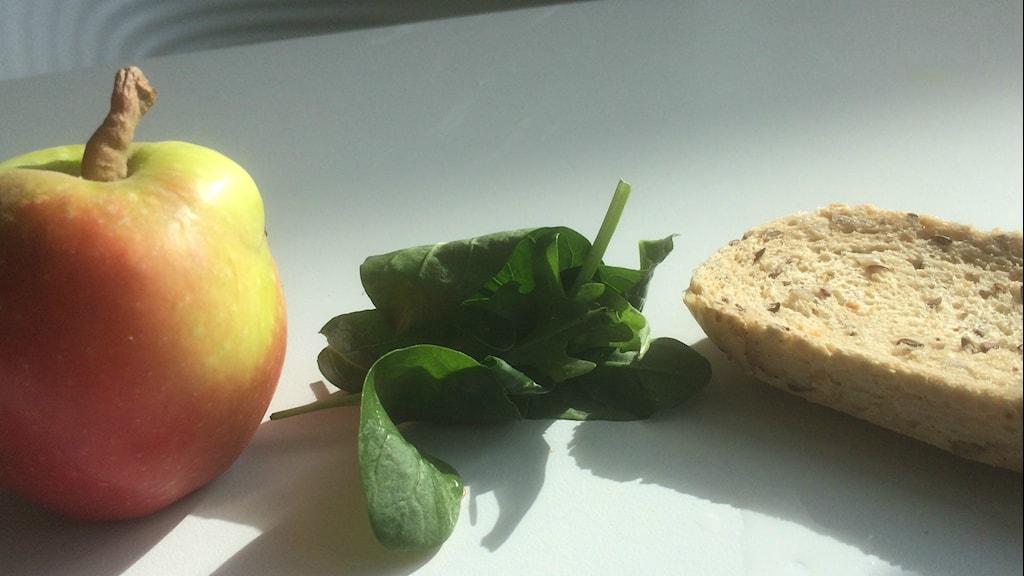 äpple, ruccola, brödkant