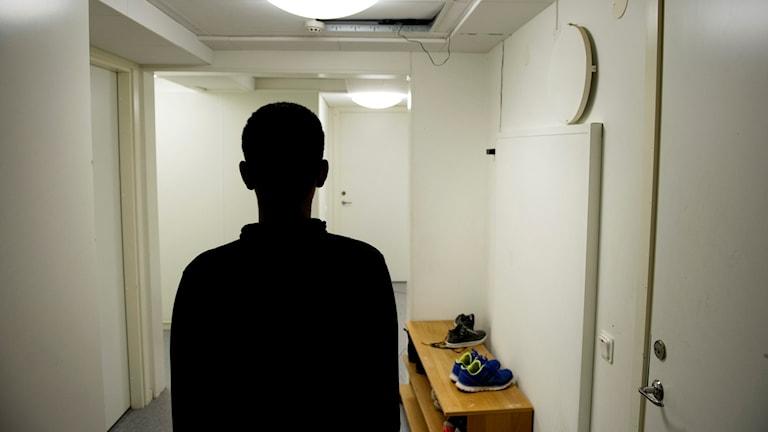 Pojke fotad bakifrån i korridor