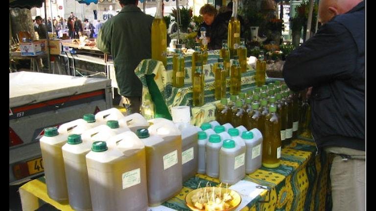 Dunkar med olivolja på en marknad