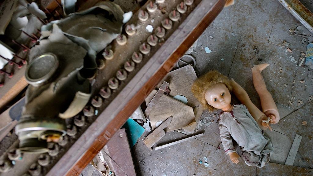 övergivet hem med trasig docka