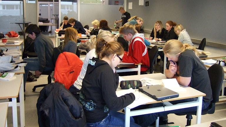 En skolklass med pluggande tonåringar.