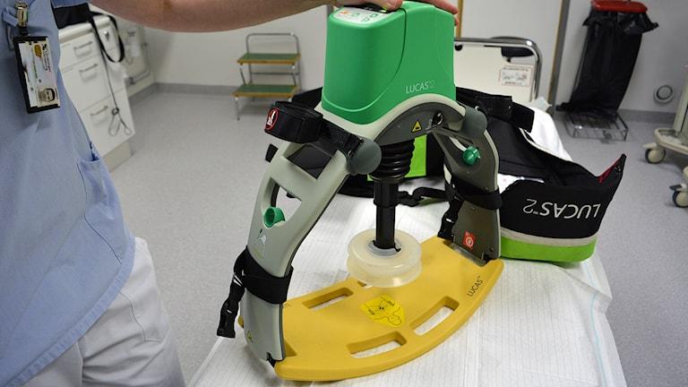 En närbild på en maskin som utför mekaniska bröstkompressioner.