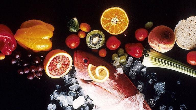 En blandning av olika livsmedel som frukt, grönsaker, bröd och fisk