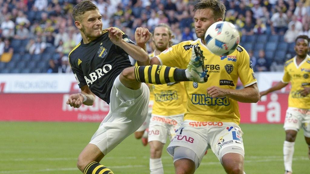 Fotbollsspelare kickar en boll