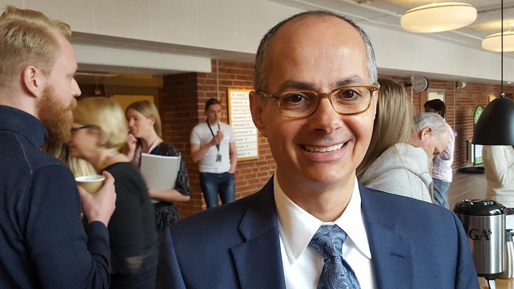 Omar M Yaghi, professor i kemi vid University of California Berkeley , porträtt, kostym folk i bakgrunden
