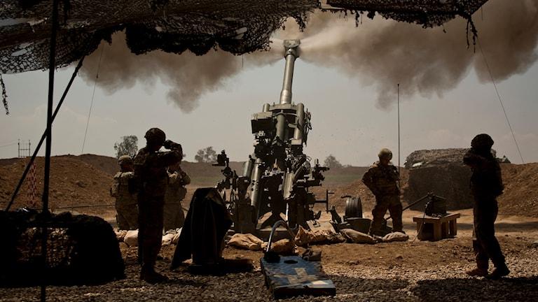 Amerikanska soldater stödjer irakiska trupper som angriper islamiska statens i Mosul i Irak i april i år. Foto AP/TT