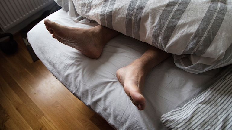 Fötter i en säng