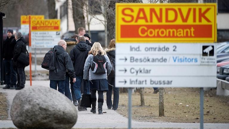 Gimoverken i Uppland har under olika perioder drabbats av varsel, och anställda lämnar byggnaden.