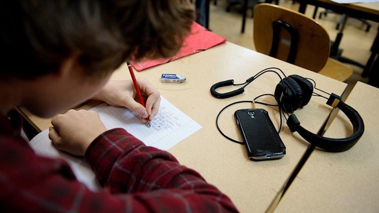 elever i ett klassrum skriver