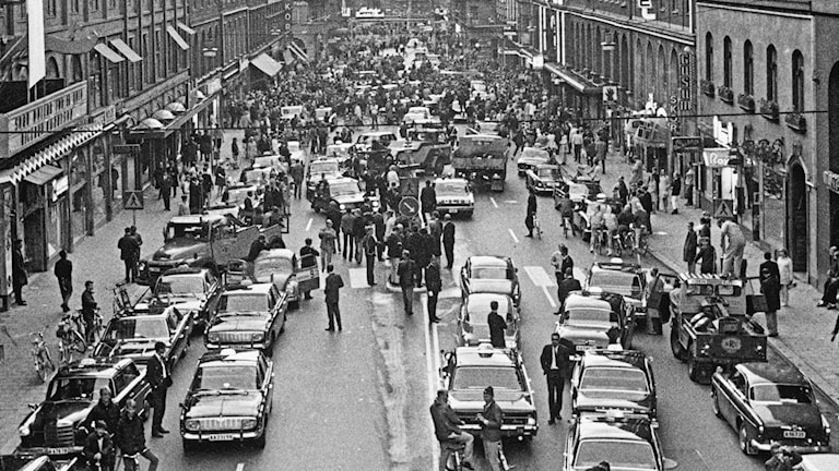 kaos på Kungsgatan med bilar huller om buller