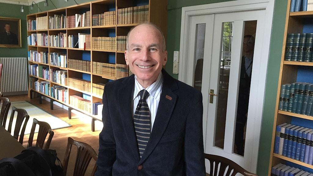 -- Jag vill se Sverige leda, särskilt när mitt land nu snabbt drar sig tillbaka med den nya administrationen, säger Lawrence Gostin, professor i hälsojuridik vid Georgetown University i Washington.