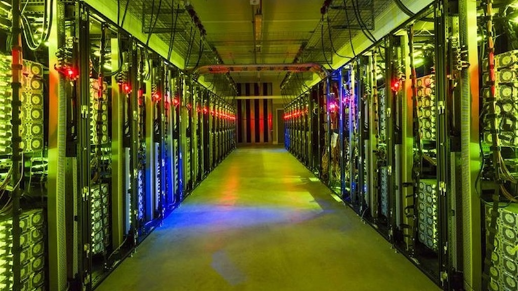 En gång med massa teknik och sladdar på vardera sida. Många färgstarka lampor.