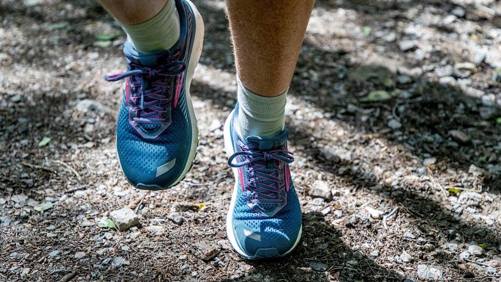 Två fötter med gympaskor.
