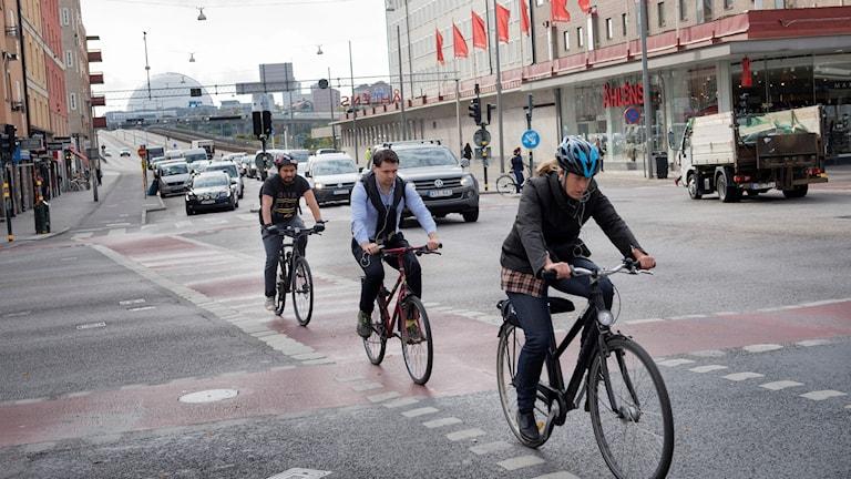 Tre cyklister på rad