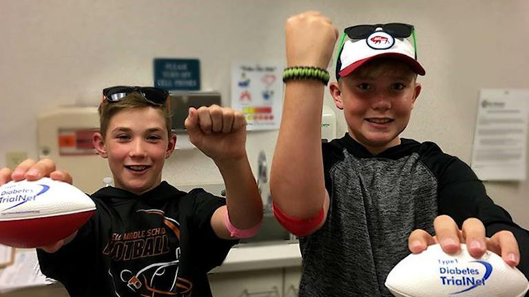 Två pojkar som deltagit i en internationell studie om läkemedel mot typ 1-diabetes.