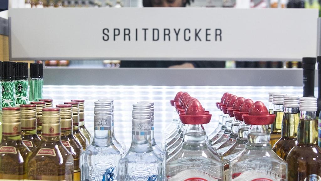 Spritflaskor på en hylla på Systembolaget.