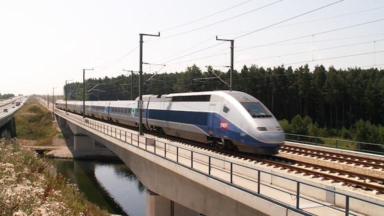 Franska TGV på testtur över bro.