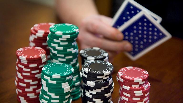 Spelkort och spelmarker på ett bord