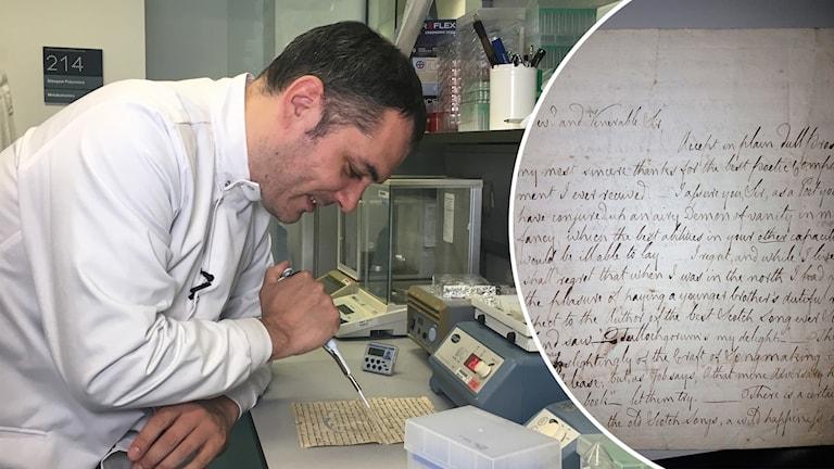 En man i vit rock sitter vid ett skrivbord och analyserar en gammal text.