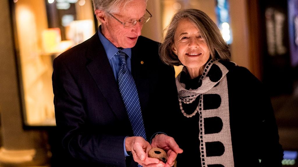 William Nordhaus lämnar över en flera tusen år gammal oljelampa till muséet.
