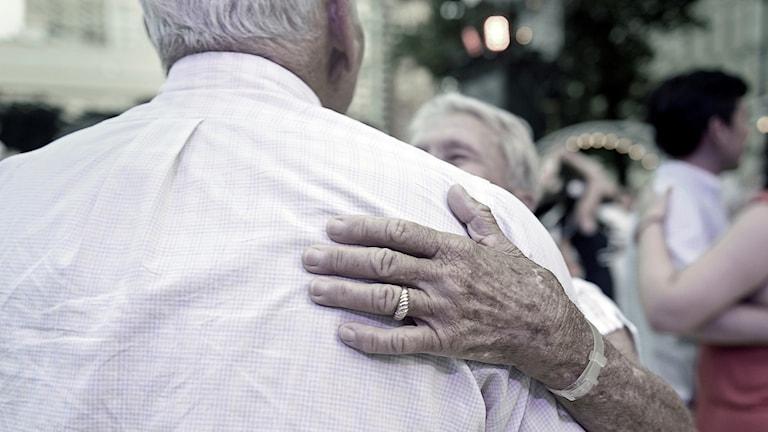 En äldre man dansar med äldre kvinna