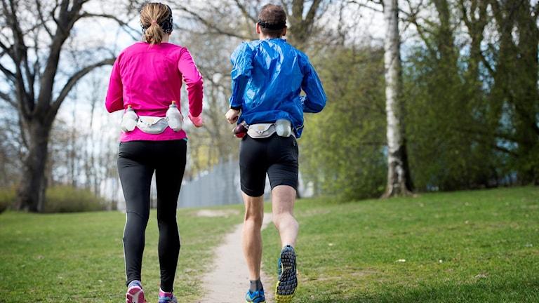 två joggare i naturen