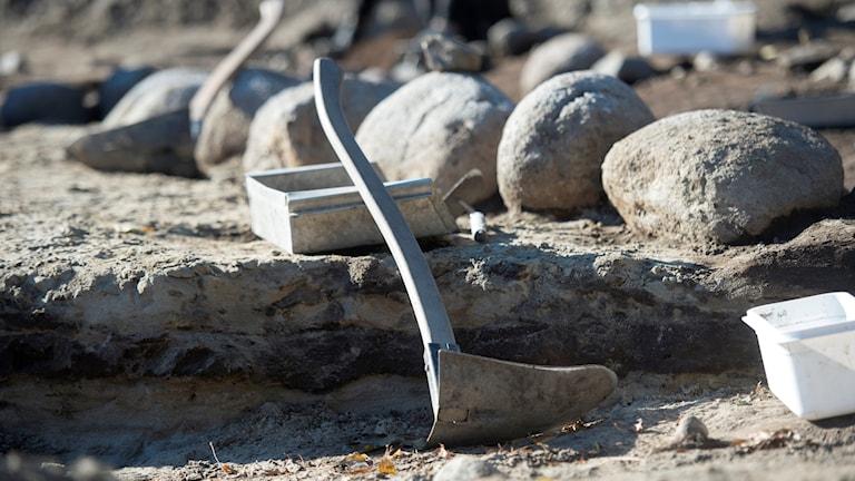 utgrävningplats med verktyg, burk med mera
