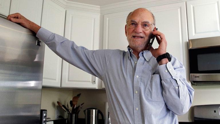 Michael Rosbash i telefonen