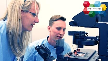 Maria Tenje, docent i mikrosystemteknik, pratar med ingenjörsstudenten Fredrik Lindeberg.