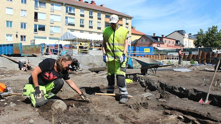 Arkeologerna Malin Lucas och Adam Lindqvist pratar om vad de hittar när de gräver ut en tomt i Enköping.