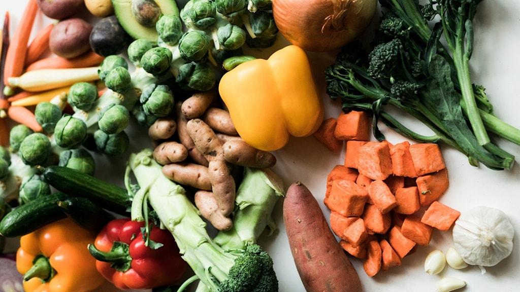 Grönsaker i olika färger och former.
