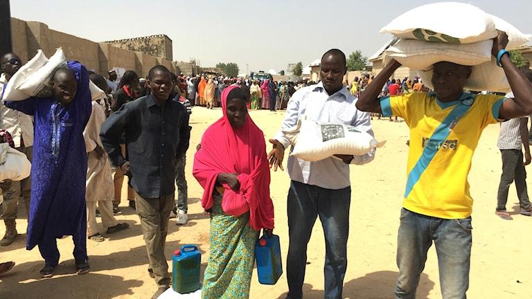 Jag är så glad för den här maten, den kommer att mätta familjen i flera veckor, säger Jummai Suleiman när hon nås av Oxfams hjälpsändning med ris, bönor, olja och näringskräm.