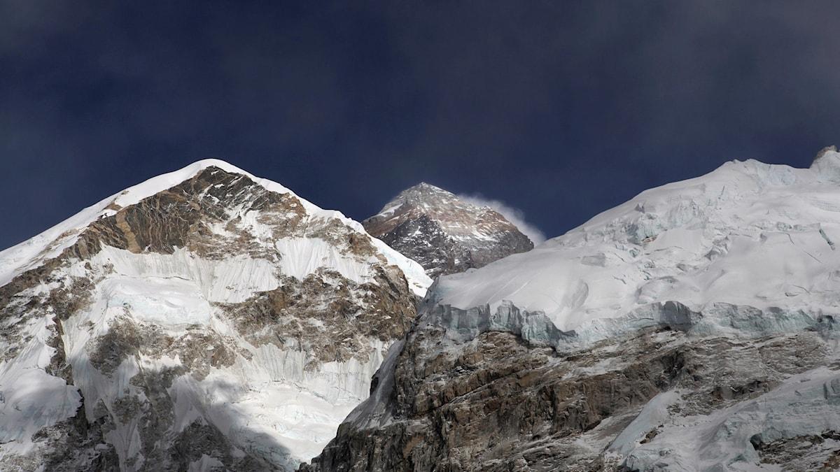 Bild på tre bergstoppar, varav mount Everest är en.