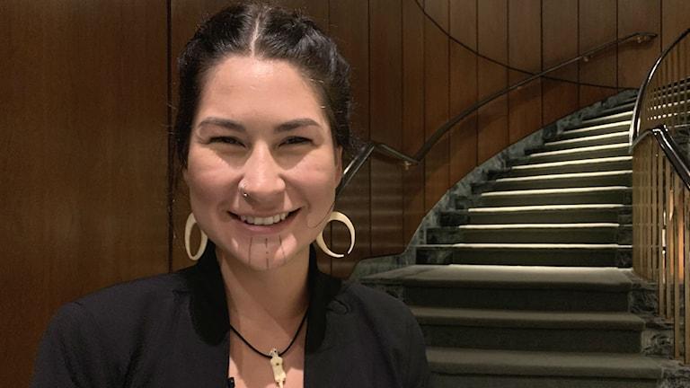 Deenaalee Hodgdon är yrkesfiskare och antropolog. Hon hör till ursprungsfolket Deg Hi'tan Athabaskan i västra Alaska.