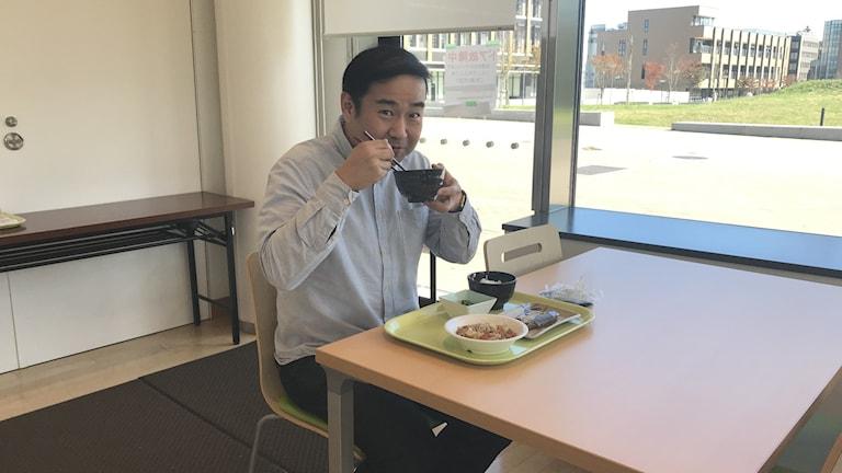 Docent Tsuyoshi Tsuduki vid Tohokus universitet äter japansk mat vanlig 1975, som bräserad makrill i misosoppa, spenat och sesamsallad, marinerad svamp, ris, syrade grönsaker och grönt té.