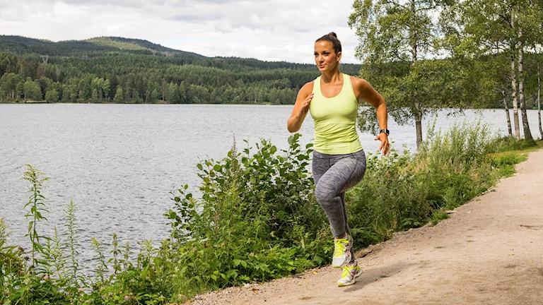 Kvinna springer längst vattnet