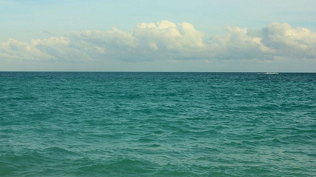 Horisont där tropiskt hav möter himmel.