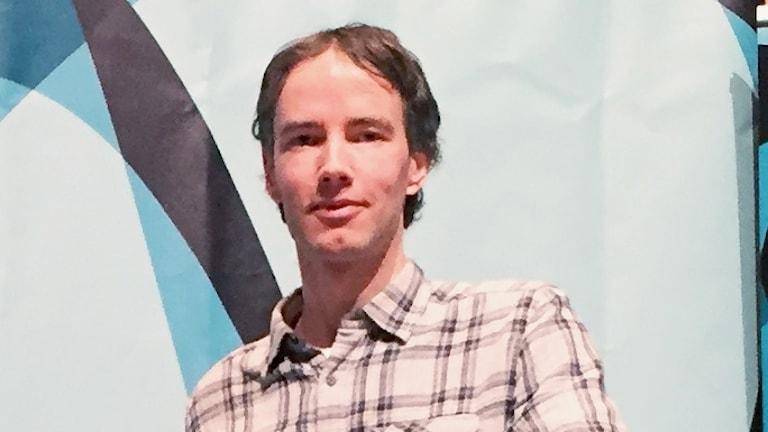 Daniel Svensson, vetenskapshistoriker från Chalmers i Göteborg, fotograferad från Bergwaldhallens scen.