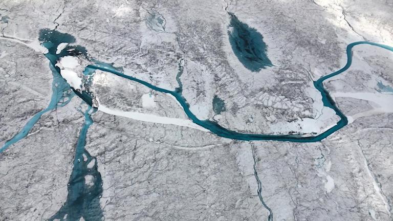 Rinnande floder på isvidd.