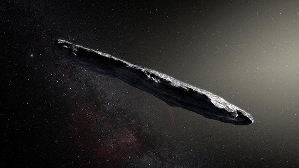 En konstnärs tolkning av hur det cigarrformade rymdobjektet Oumuamua kan se ut.
