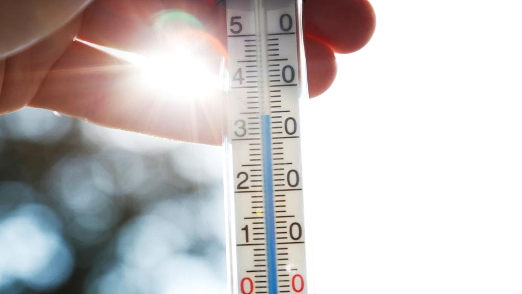 En termometer visar 35 grader.