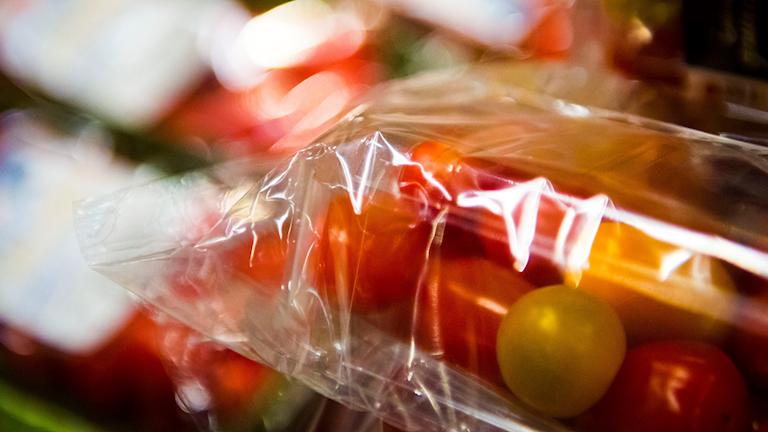 tomater förpackade i plast