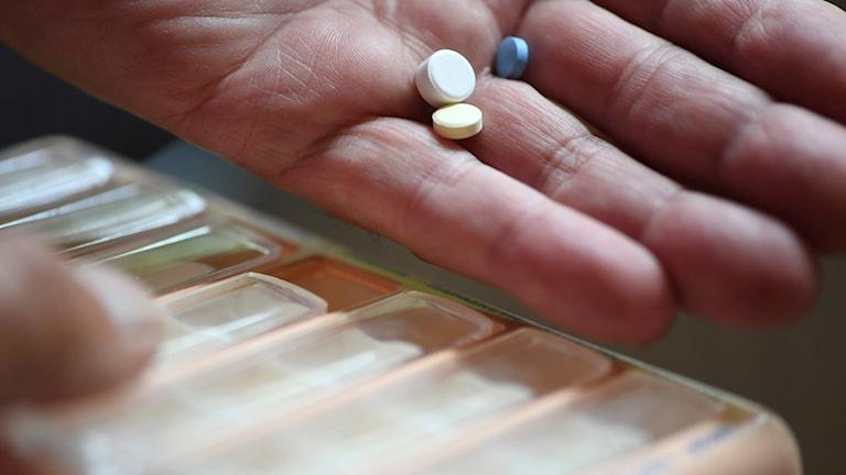 dosett och hand med tabletter