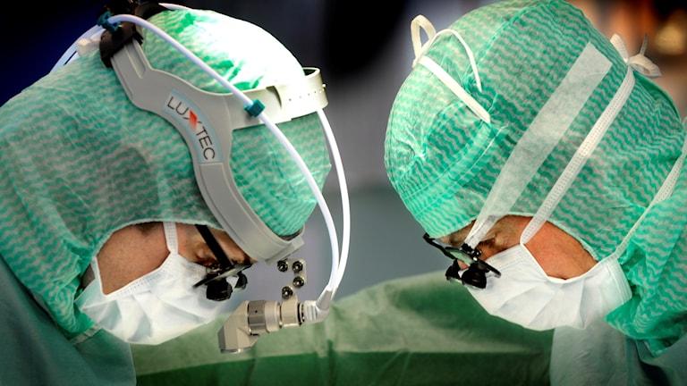 kirurger tittar ner