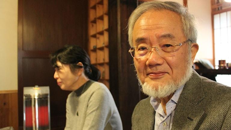 Nobelpristagaren Yoshinori Ohsumi tillsammans med sin fru Mariko Ohsumi i hemmet i Oiso, utanför Tokyo. Foto: Annika Östman, SR